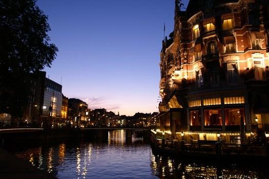 Lungo i canali di amsterdam mercatini di natale del mondo for Hotel economici ad amsterdam